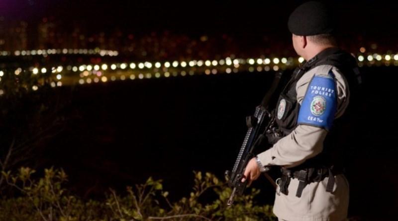 Polícia Militar prende suspeita de tráfico e apreende arma de fogo escondida embaixo de geladeira