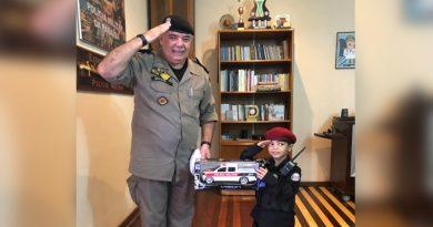 Menino que sonha em ser policial militar ganha surpresa de aniversário e vai conhecer comandante-geral da PMPB