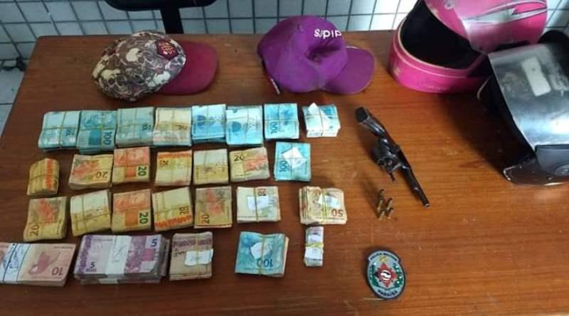 Polícia Militar prende dois suspeitos de roubo em casa lotérica, apreende revólver e recupera dinheiro