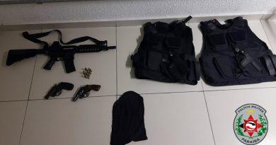 Polícia Militar apreende duas armas de fogo, réplica de fuzil,capas de colete e detém dois suspeitos