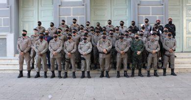 Comandante-geral da PM entrega atos de promoção aos oficiais durante solenidade simbólica