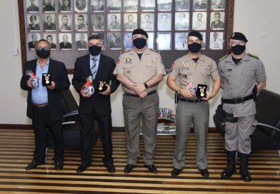 Polícia Militar homenageia regentes da Banda de Música e compositores da Canção Oficial do BPAmb